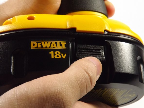Appuyez sur les boutons de chaque côté de a batterie et retirez la batterie.