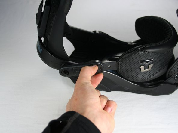 Unscrew the 10mm long thumb screw connecting the heel strap with its binding connector.