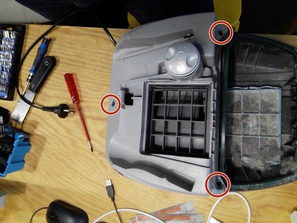 Den Deckel des Gerätes öffnen und die 3 Torxschrauben öffnen.  Anschließend mit einem flachen Schraubenzieher die beiden Räder abhebeln.  Nun noch mit dem flachen Schraubenzieher den Klipp an der Markierung aufbiegen. Geht leider etwas streng. Der Klipp auf der anderen Seite löst sich mit etwas Gewalt bei Abhebeln des Gehäusedeckels von alleine.