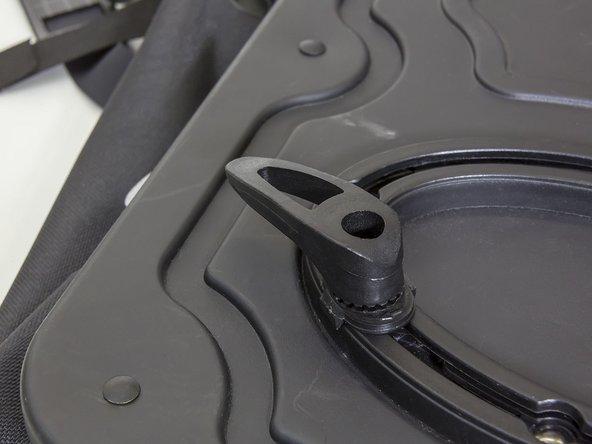 Den Haifischzahn auf das schwarze Plättchen positionieren, die Schraube ansetzen und mit dem Inbusschlüssel festziehen.