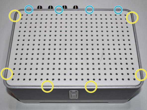 Der obere Deckel ist an der Vorderseite mit zwei und an den Seiten mit jeweils zwei Haltenasen befestigt.