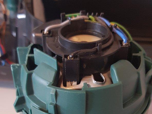 Motor mit Hauptplatine aufrecht hinstellen.