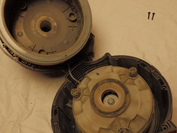 Ziehe vorsichtig die Gehäusehälften auseinander. Du hast nun in der oberen Hälfte den HEPA Filter und die Kabeltrommel und in der unteren Hälfte den Motor in der Motorkapsel