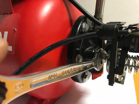 Dévisser l'écrou de raccordement du pressostat à l'aide d'une clef de 19.