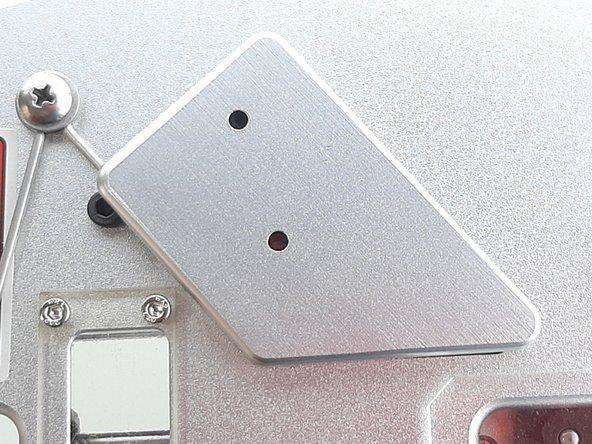 Em seguida, remova a capa do interruptor Switch.