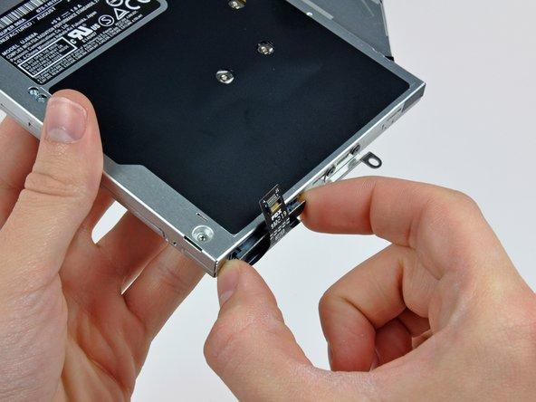 MacBook Pro (15 Zoll, Mitte 2010, Unibody) Kabel zum optischen Laufwerk austauschen