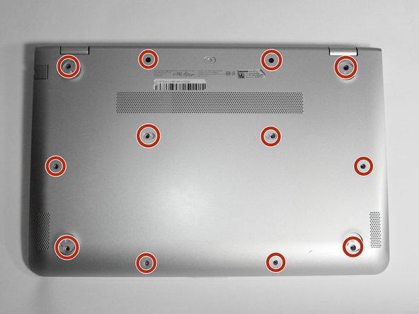 Desatornilla los doce tornillos de 6 mm de la parte inferior de la computadora utilizando un destornillador Phillips #0.