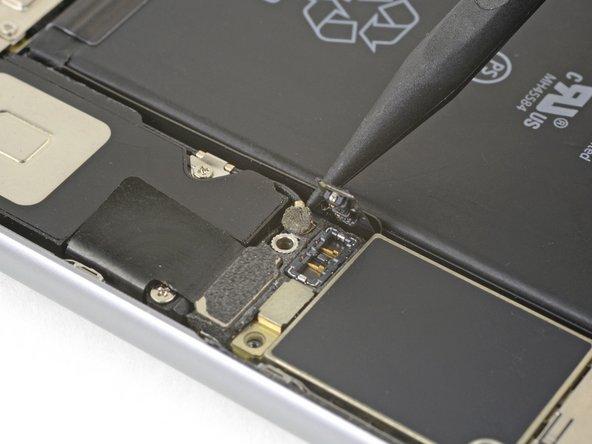 Usa l'estremità a punta di uno spudger per sollevare e disconnettere il cavo di antenna dalla parte inferiore della scheda logica.