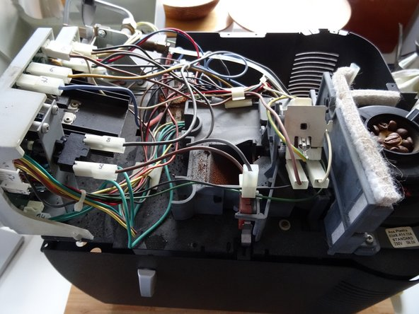 Nummeriere zur Sicherheit die Kabelstecker an der Elektronik durch. Du musst wahrscheinlich nur den etwas verborgenen Stecker Nr 14  an den beiden grünen Kabeln ganz unten und den Stecker Nr 7 am blauen Kabel  oben abziehen.