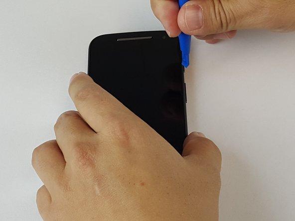Utilisez un outil d'ouverture en plastique, pour parcourir et glissez tout le long du tour de l'appareil en soulevant délicatement l'écran.