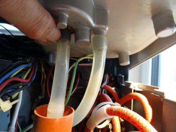 Die Haube kann nun abgehoben werden: zuerst an der hinteren Seite links und rechts anfassen und etwa 10 cm nach oben heben. Das klemmt manchmal etwas.