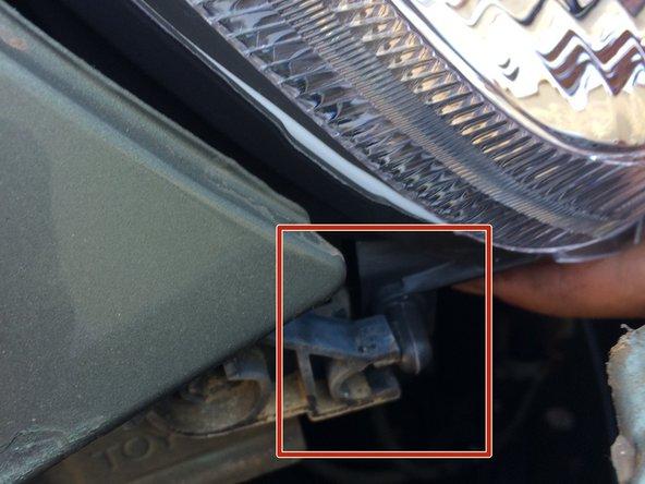 Pour remonter votre phare  veillez à bien le positionner avant de replacer les ampoules, le moteur d'inclinaison et les vis.