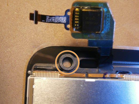 Prima di installare il nuovo schermo riposizionare la guarnizione antipolvere della fotocamera anteriore