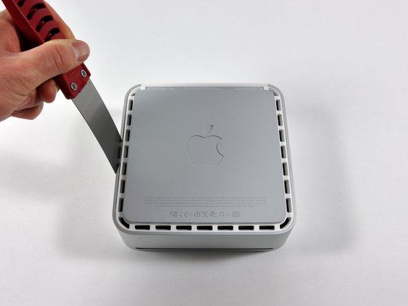 Insérez délicatement un couteau à mastic dans la fente entre le couvercle supérieur et le boîtier inférieur. Commencez du côté gauche. Poussez la lame vers le bas jusqu'à ce que vous rencontriez une résistance importante (environ 1 cm).