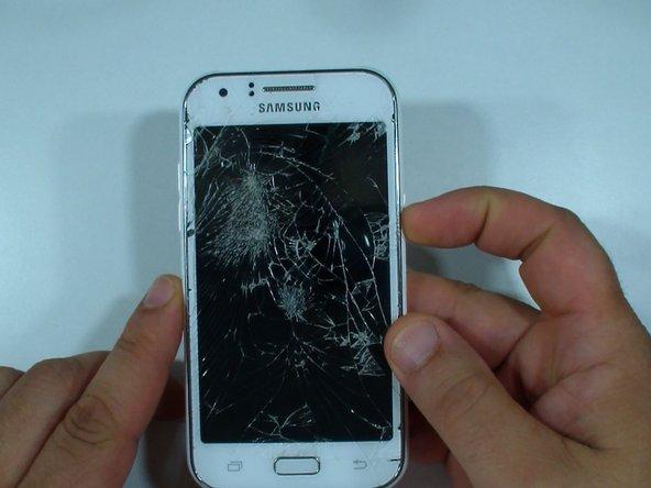 Ici, nous avons un Samsung Galaxy J1, dont la vitre et l'écran sont cassés.