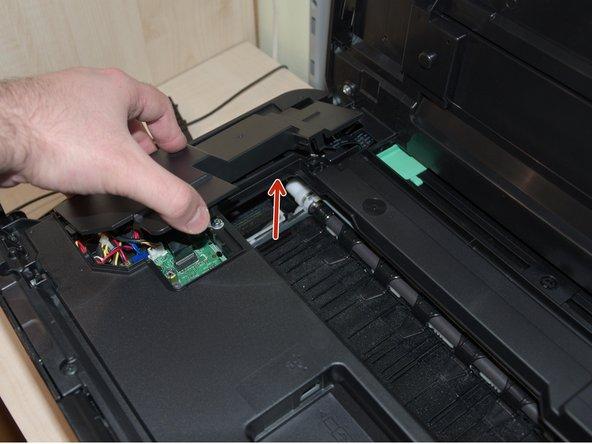 Als nächstes entfernt man die Abdeckung auf der linken Seite des Druckers (dazu die rechte Seite der Abdeckung als erstes anheben)
