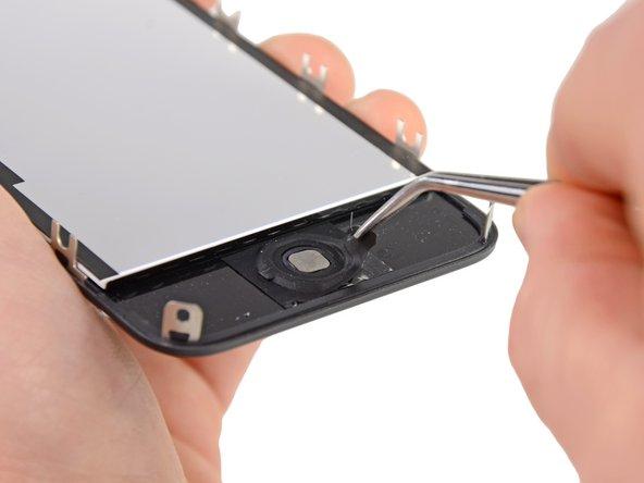 Usa delle pinzette per togliere il gruppo pulsante home dall'adesivo che lo fissa al gruppo display.