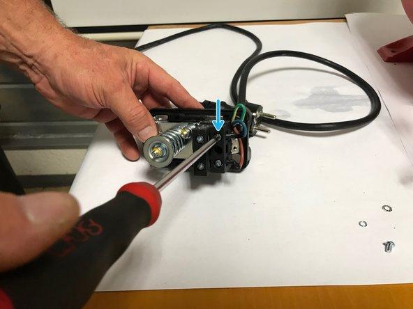 Dévisser la vis qui maintient le fil bleu (neutre), à l'aide d'un tournevis cruciforme.