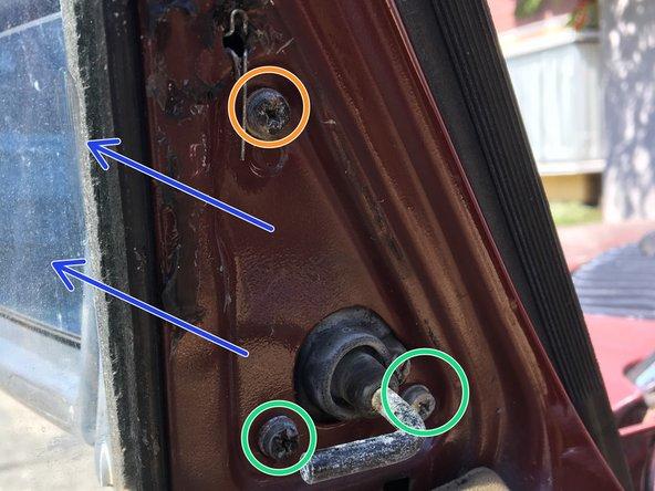 Soltar los 3 tornillos CRUZ  que sujetan el espejo en su lugar. Se recomienda soltar los dos de abajo primero, y luego, sosteniendo el espejo retirar el ultimo con el fin de evitar dejarlo caer al suelo
