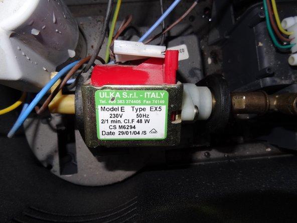 Hier die Pumpe von oben, eine Ulka EX5 mit 230V. Sie ist in Gummiformstücken gelagert.