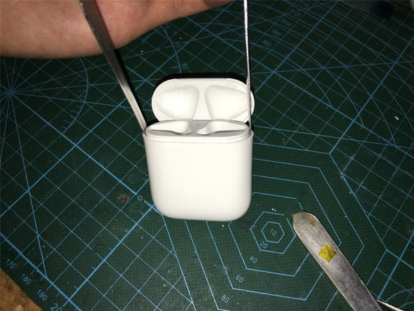 松动后用金属撬棒,在两边同时用力撬出,然后注意排线将内部底座取出来,最后用热风枪加热,将内部的不锈钢固定铁环其取出