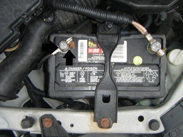 Rimuovere i contatti da entrambi i contatti (negativo e positivo) della batteria.