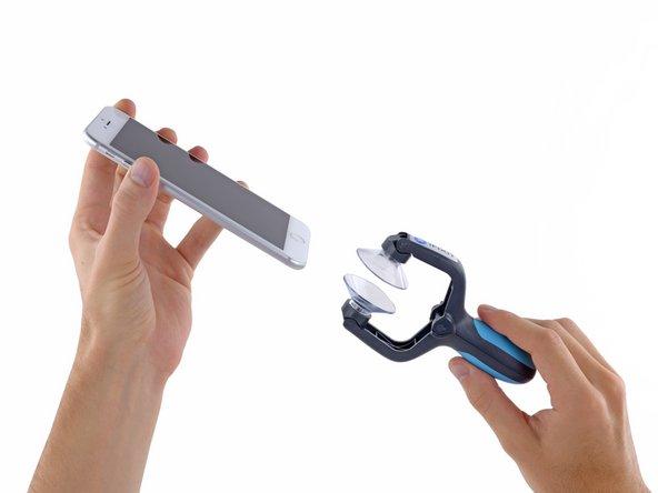 Les trois prochaines étapes vous montrent comment utiliser l'iSclack, une pince spécialement conçue pour ouvrir votre iPhone 6 Plus en toute sécurité, et que nous recommandons à tous ceux qui éffectuent souvent de réparations. Si vous n'utilisez pas d'iSclack, passez directement à l'étape 4.