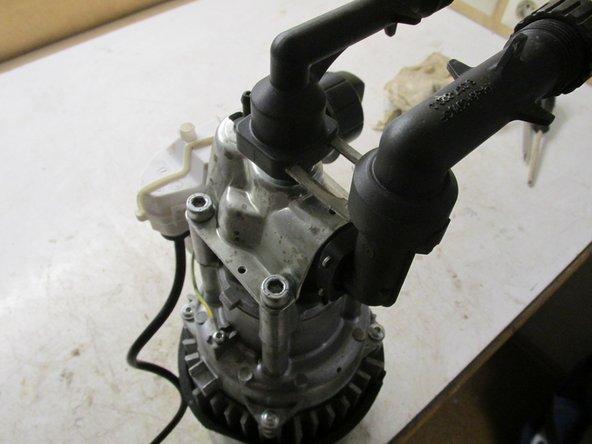 Um den Sauganschluss und den Anschluss der Druckseite zu entfernen müssen die Sicherungsklips entfernt werden, danach können die Anschlüsse enfernt werden. Der Sauganschluss seitlich geht etwas schwer raus, da muss man schon ein wenig ziehen.