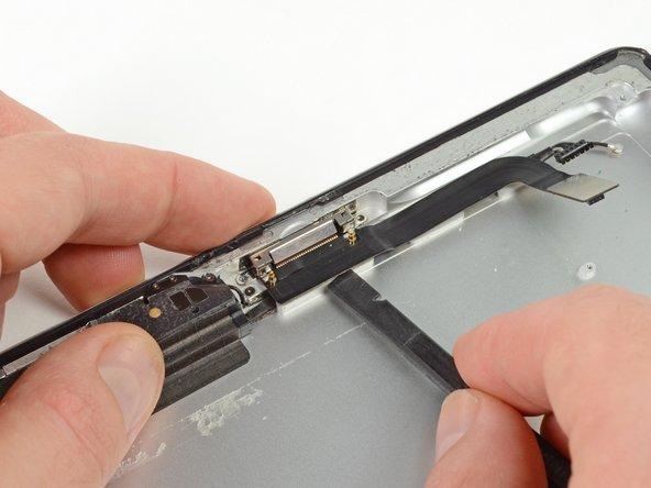 スパッジャーの平面側先端を使って、ドックコネクタを持ち上げます。
