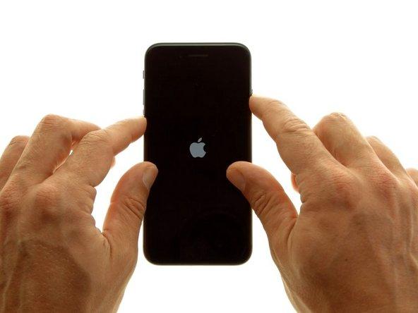 Continuez à maintenir les deux boutons pendant environ 10 secondes, jusqu'à ce que le logo Apple apparaisse.