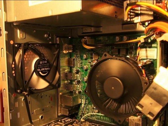 Colocar el ventilador en la parte posterior de la caja y atornillar en las cuatro esquinas