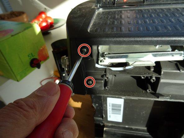 Die Frontplatte ist mit vier Kreuzschlitzschrauben PH2 gesichert, je zwei links und rechts. Drehe sie heraus.