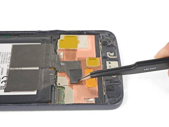 ピンセットを使って、フレームにバッテリーを固定している、黒いテープを剥がします。