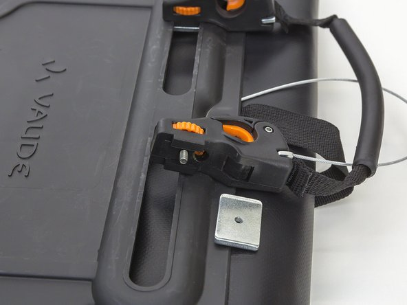 How do I replace the thread plate on my bike bag?