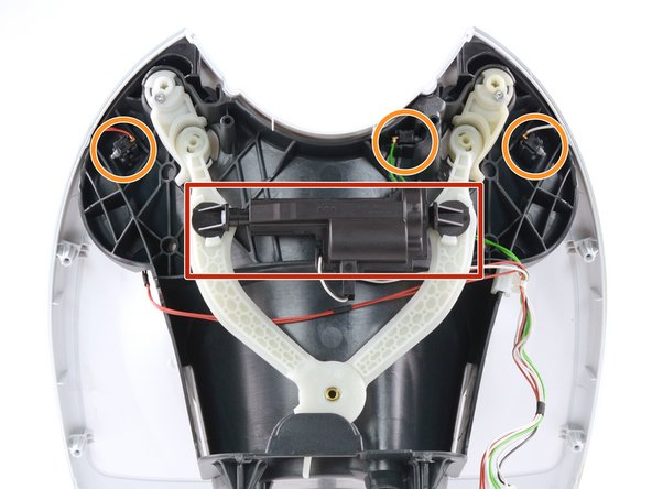 Der Motor verriegelt über eine Gelenkkonstruktion die Haltegriffe an der Vorderseite.