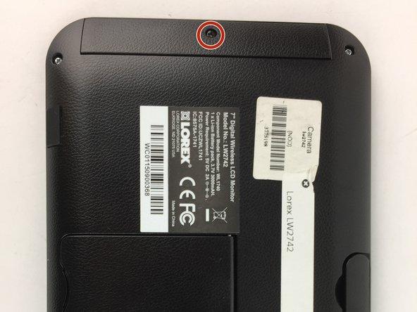 Retirez le couvercle de la batterie à l'arrière de l'écran LCD en dévissant une vis Phillips n ° 1 de 5 mm.