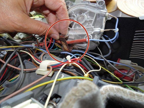 Löse die Metallhalterung der Thermosicherung ab. (Hier stark verrostet).