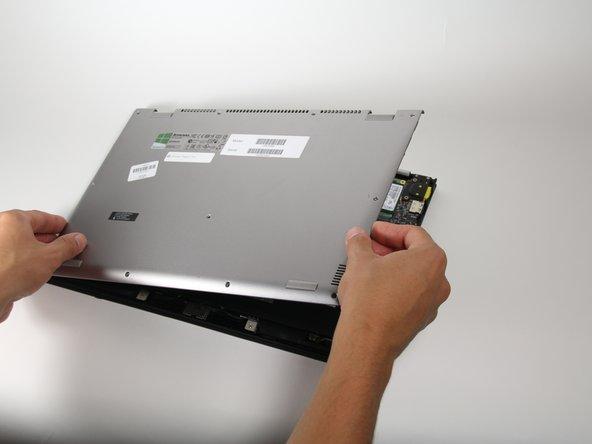 Haal de achterste cover voorzichtig los uit de klemmen en til deze in z'n geheel van de laptop.