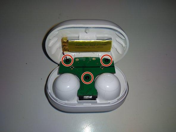 Destornillaremos los 3 tornillos que unen la placa a la parte donde colocamos los auriculares (con un destornillador Phillips 00).