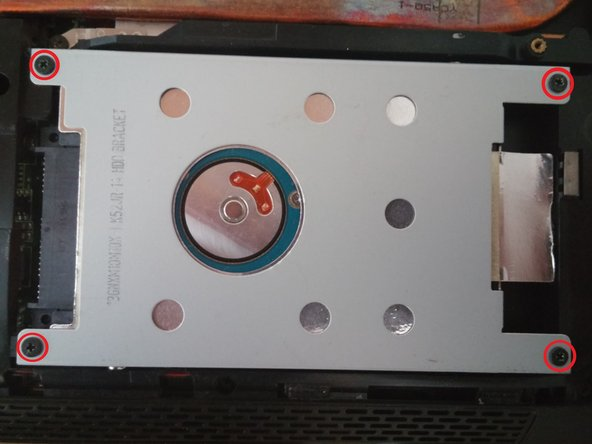 Enlevez les 4vis cruciformes du support du disque dur entourées en rouge sur la photo.