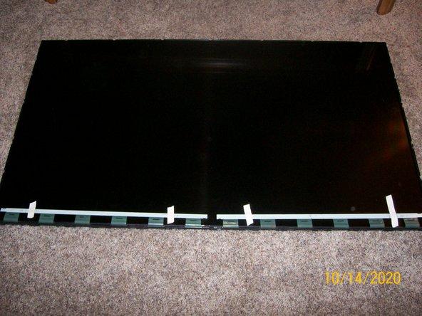 اگر این کار را تا اینجا انجام داده اید ، قسمت سختی که انجام شد تبریک می گویم.  از این به بعد به یاد داشته باشید که صفحه نمایش اکنون صفحه پانل شیشه ای خود را در محل قرار داده است.  اگر به صفحه نمایش خم هستید ، مراقب باشید.  PCB را از روی شیشه بردارید و آنها را در زیر قاب تا کنید.  مرحله بعدی نصب قاب فلزی است که صفحه شیشه را در جای خود نگه می دارد.  از حالا به راحتی این کار را می کند.