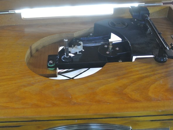 Position yourself in front of the turntable to unscrew the three bushing bolts.