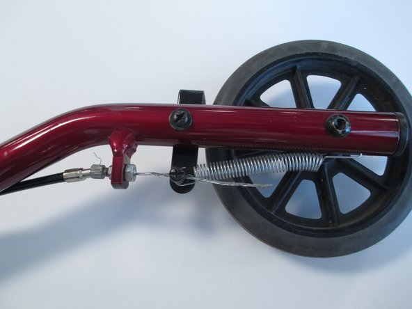 Ubica la tapa del cable cerca del freno en la parte inferior de la rueda