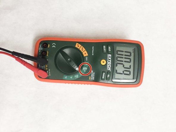 Prueba de altavoz, opción 2: Esta técnica requiere el uso de un polímetro digital que tenga opción de continuidad.