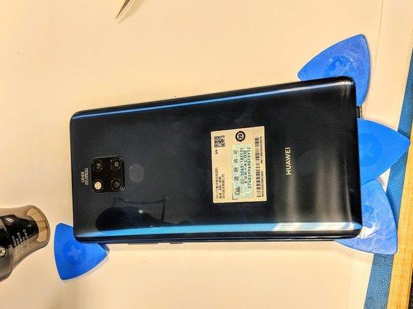 外部和别的手机一样没有螺丝。25分钟的加热在底部打开了一条缝。