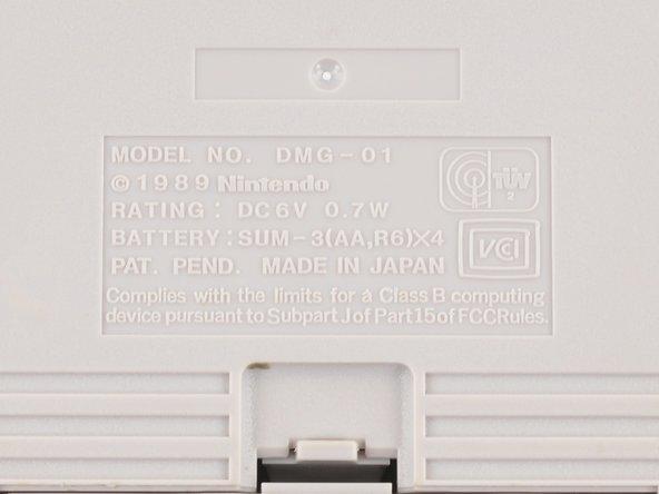 Denotato dal numero di modello DMG-01 (che sta per Dot Matrix Game), il Game Boy può essere alimentato da quattro batterie AA o da un alimentatore AC, il quale è probabilmente scomparso da qualche parte nell'abisso del disordine.