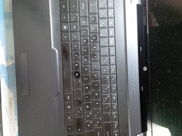 After removing all the screws, we can remove the keyboard.