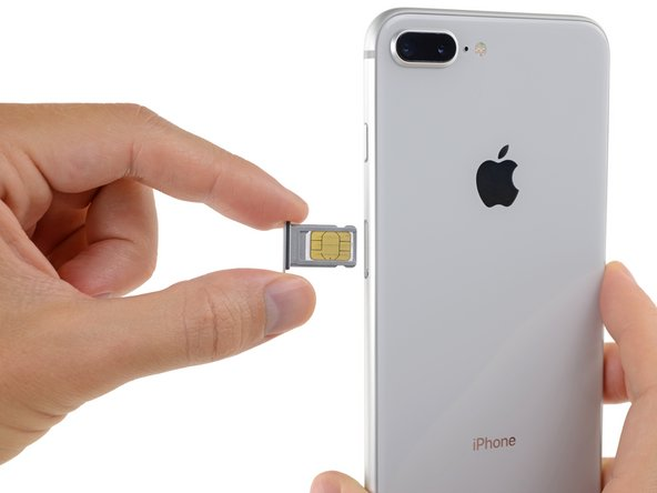 Retirez le tiroir de carte SIM de l'iPhone.