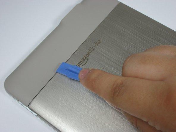 スクリーンを保護するために柔らかい布の上にKindleの表面を載せます。
