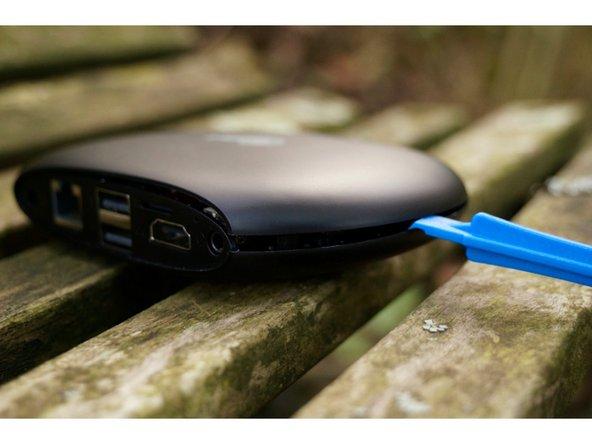 Attention de ne pas arracher le connecteur du capteur de mise sous tension, situé sur la partie supérieure de l'appareil, et relié à la carte mère par un câble.